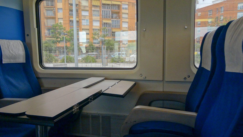 В Салоу из Барселоны мы приехали на вот таком симпатичном поезде