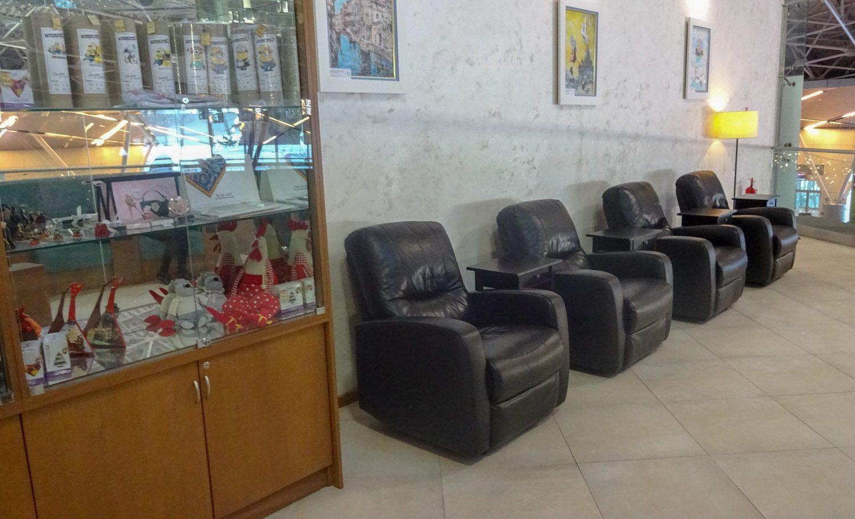 Если все комфортные места закончатся, останутся вот эти кресла. Смотреть придется туда, где все ходят, но лучше, чем железные стульчики в общей зоне