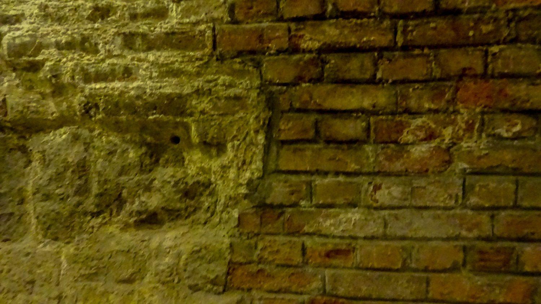 Стены действительно старые