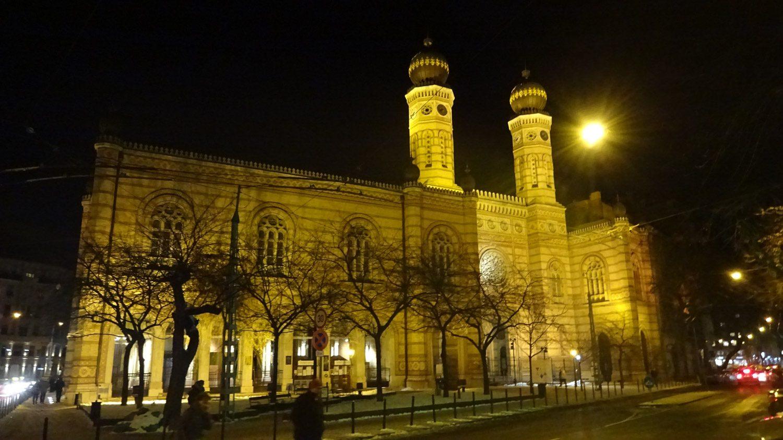 Большая синагога при вечернем освещении