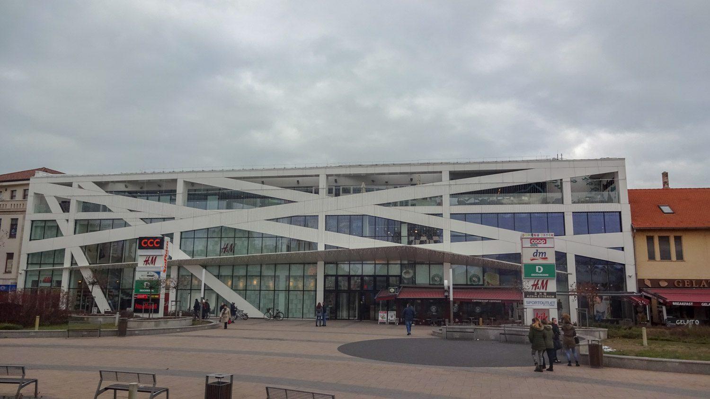 Здесь же - главный торговый центр