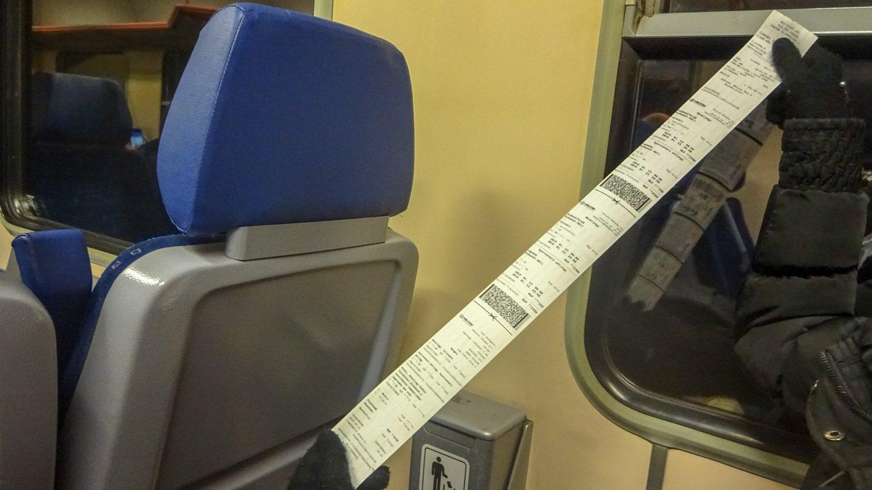 У кондуктора есть специальное устройство, печатающее очень длинные билеты