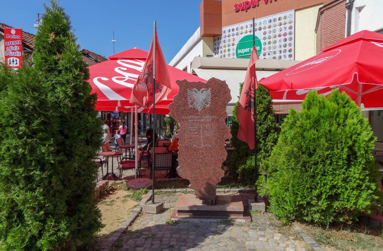 Албанских флагов здесь много