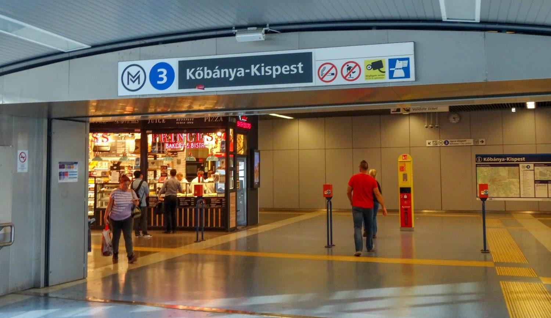 А это станция, куда попадают те, кто приезжают на автобусе из аэропорта (или уезжают в него таким способом). Не забудьте прокомпостировать билетик!