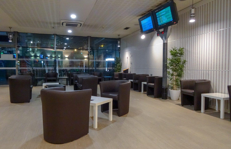 В очередной раз плюс - французским вокзалам. Это обычный бесплатный зал ожидания: пресса, Wi-Fi, чистота, цветочки, мягкие кресла