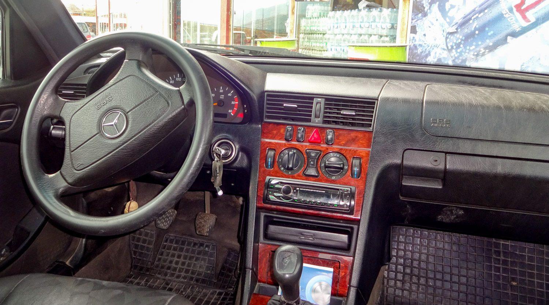 В город мы доехали на такси. Машина не очень новая, но водитель рассказал немало интересного