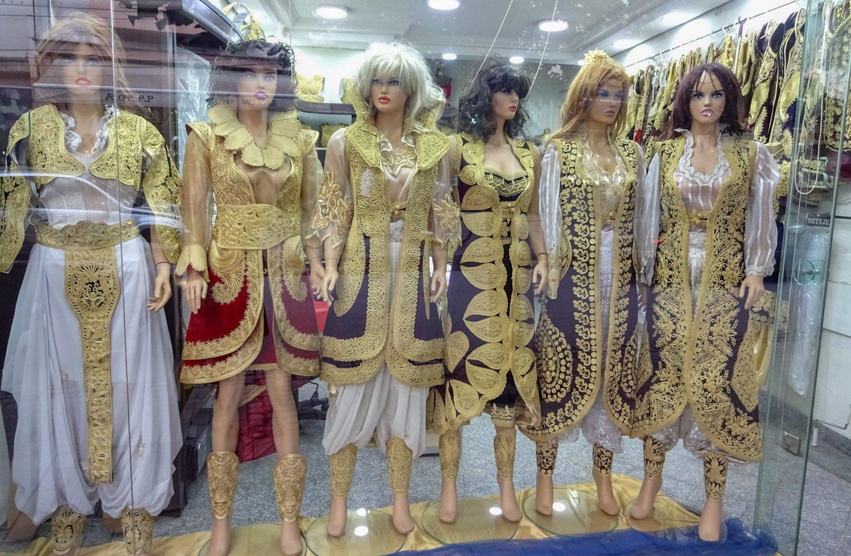 Гуляя, наткнулись на магазин с вот такими костюмами. Местные, наверное