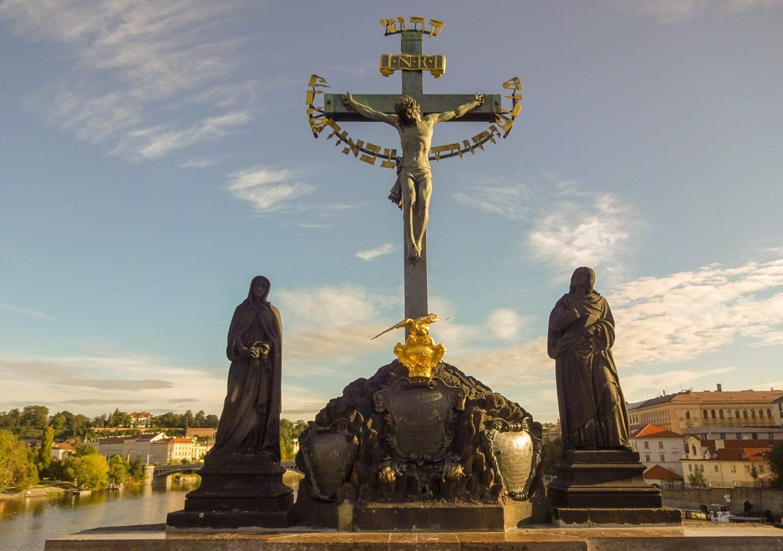 Бронзовая скульптура «Голгофа» – самая старая на Карловом мосту