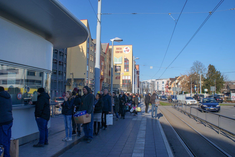 На границе потом толпы швейцарцев оформляют такс-фри