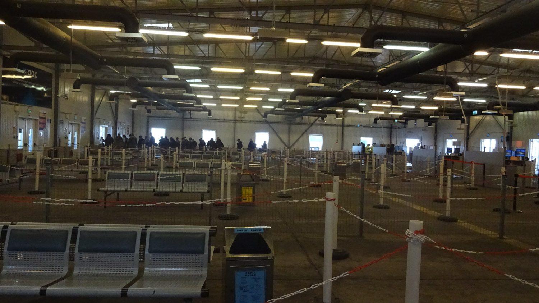 Забавная часть аэропорта - уже на улице, но еще как будто в зале ожидания