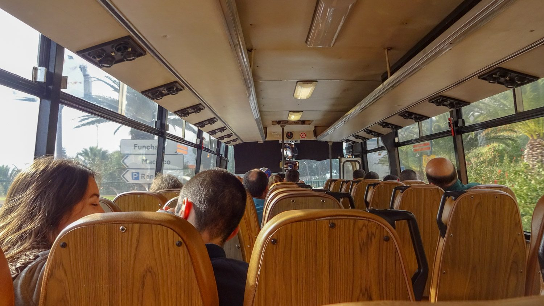 Междугородний автобус. В левой части по три сиденья, в правой - по два