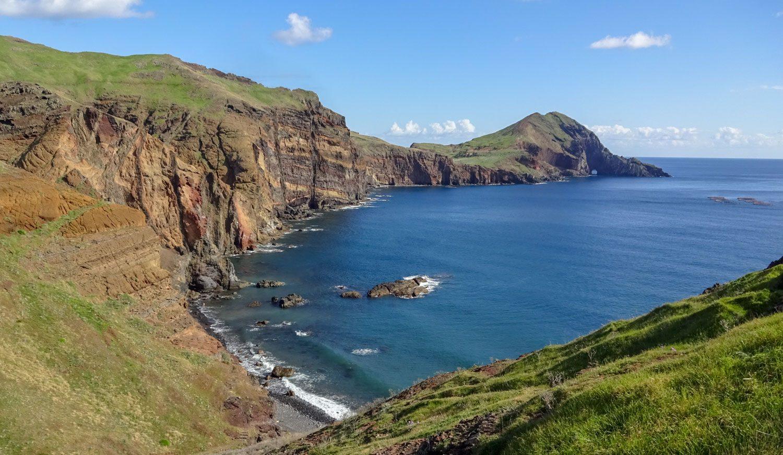 Переходы зеленого, прекрасный океан, отвесные скалы...