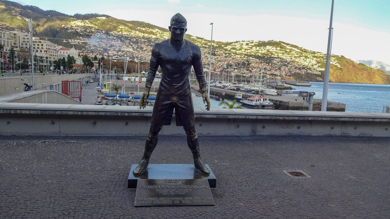 Памятник известнейшему уроженцу Фуншала Криштиану Роналду напротив музея его имени