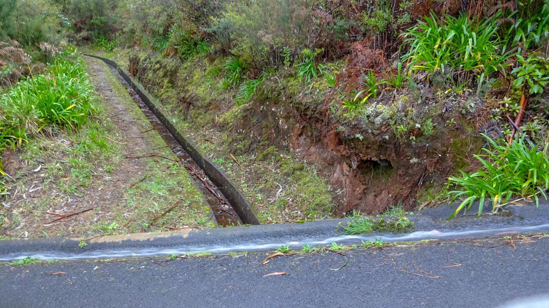 Перекресток: в нижней леваде вода застоялась, зато сверху поток очень сильный