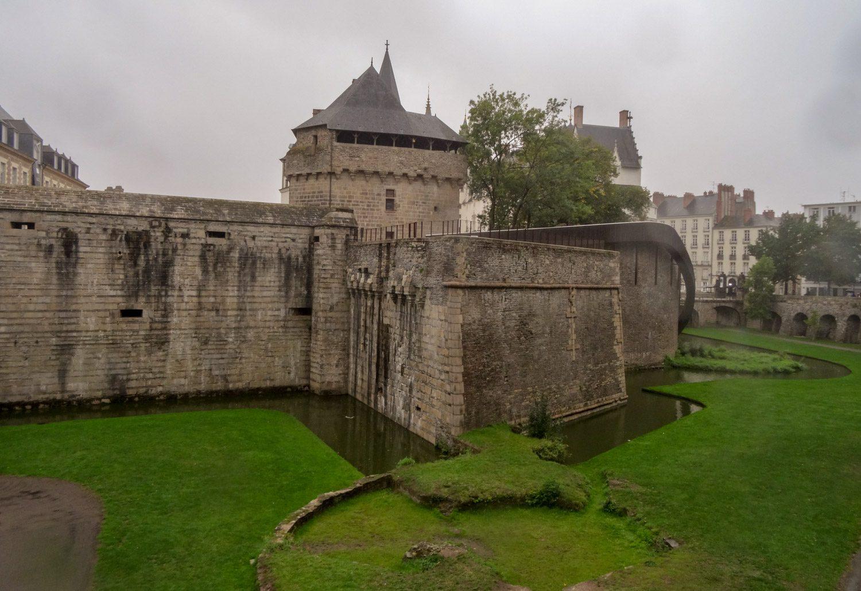 Замок герцогов Бретонских был построен в XV веке и не так уж давно отреставрирован