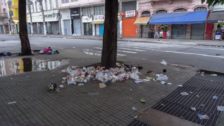 К сожалению, местные после бурных вечеринок оставляют просто кучи мусора