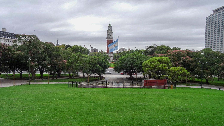 Приятный, чистый, очень зеленый парк около вокзала