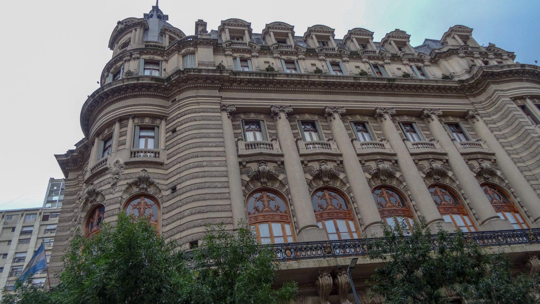 Здесь много красивых зданий