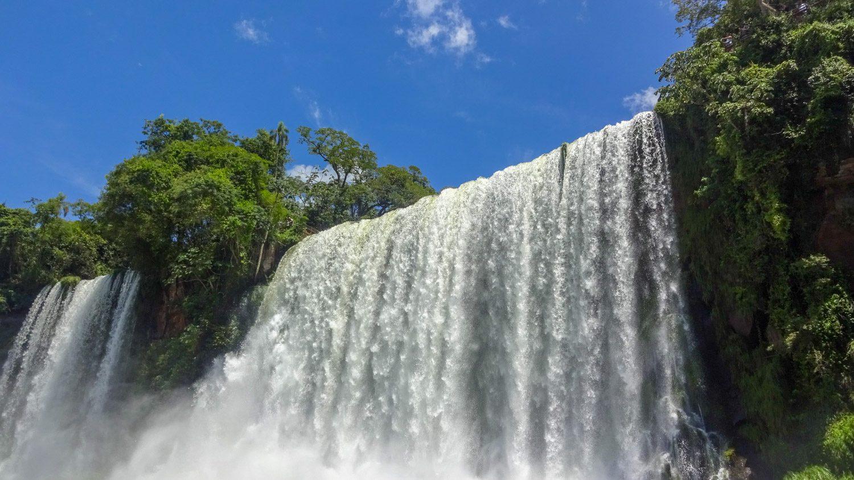 Некоторые водопады - сплошной стеной