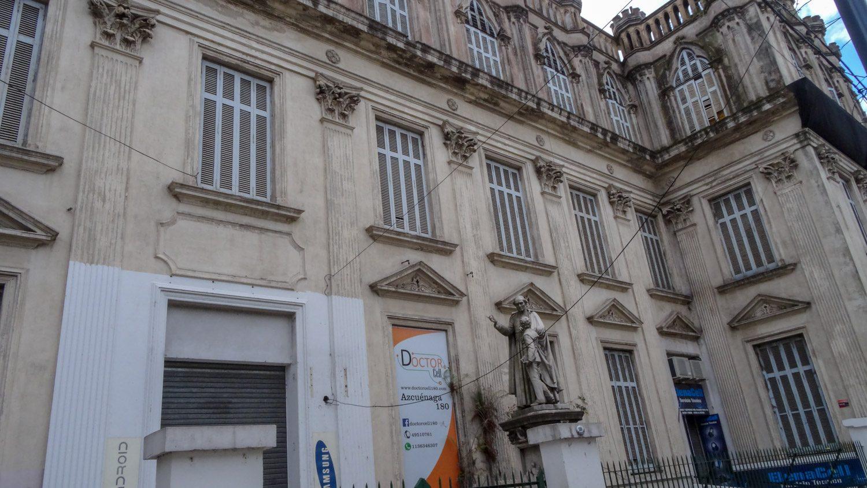 Разве такое здание не могло бы оказаться где-нибудь в Мадриде или Риме?