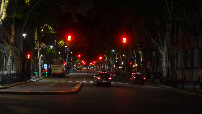 А так Avenida de Mayo выглядит вечером: длинный-длинный ряд светофоров