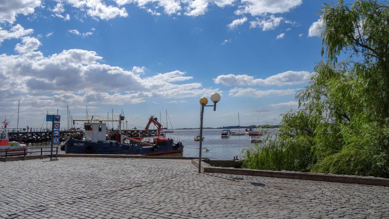 Порт (это не паромный, конечно) по соседству с исторической частью Колонии