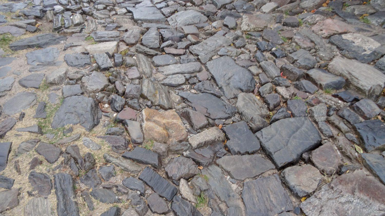 Дорожки - восторг! Неровные камни, явно лежащие тут несколько веков...