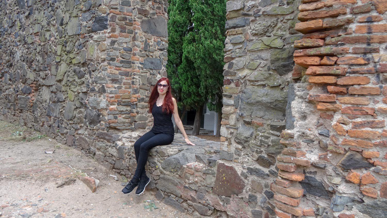 Можно рядышком посидеть в проеме древней-древней стены