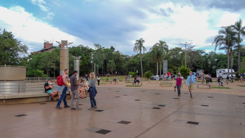 Туристов много