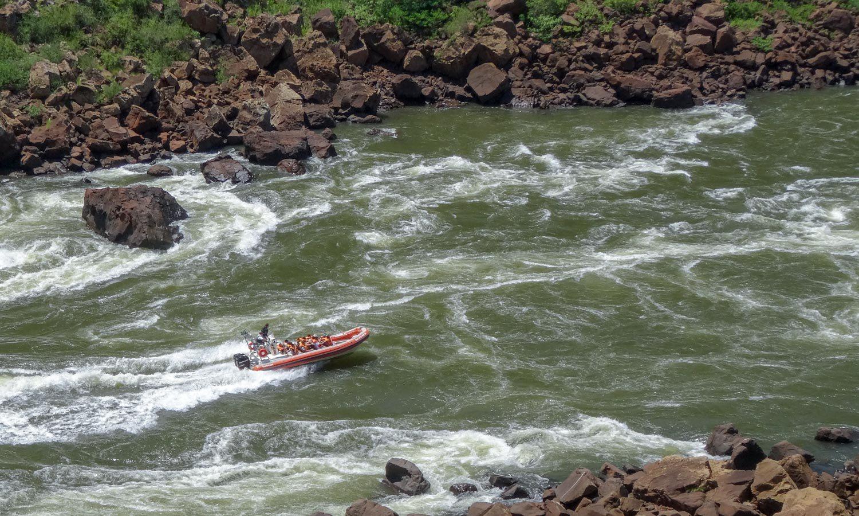 Самые отчаянные катаются на надувных лодках