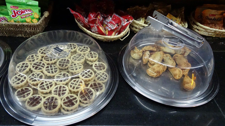 Но можно положить в микроволновку пирожки (справа)