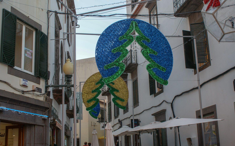 Многие улицы украшены