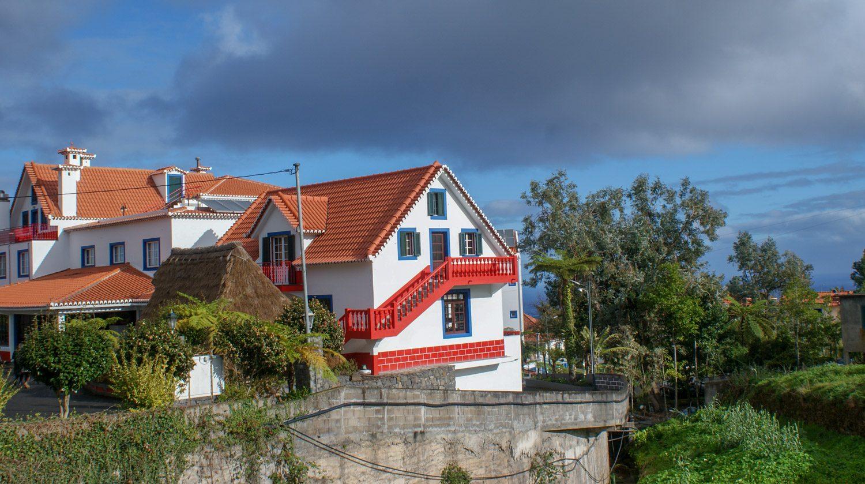 И здание в том же стиле, но с черепичной крышей и просторное