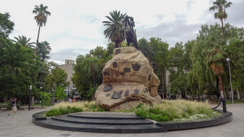 Площадь Jose de San Martín и памятник ему
