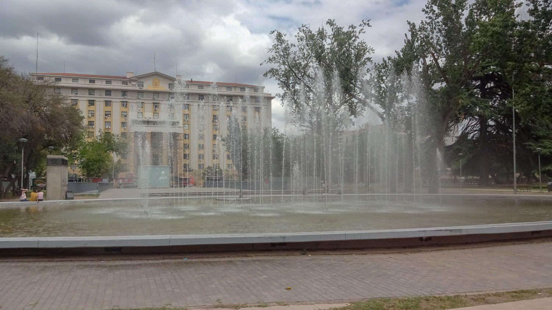 Напротив - фонтан