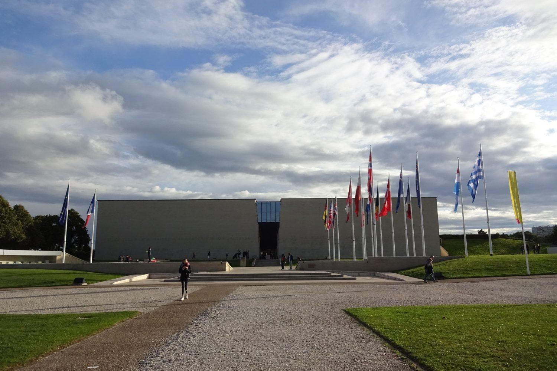 Напротив входа - флаги стран, воины которых сражались в боях за Нормандию