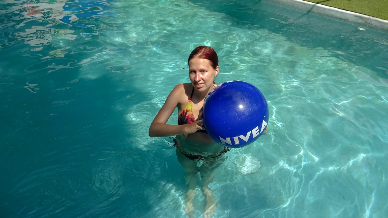 Первым делом прыгнула в бассейн