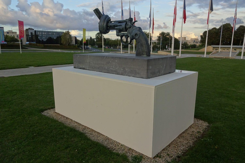 "Символ мемориала - монумент ""Нет насилию"""