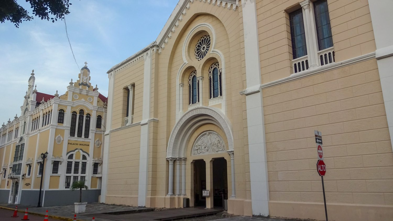 Церковь Франциска Ассизского и дворец Симона Боливара