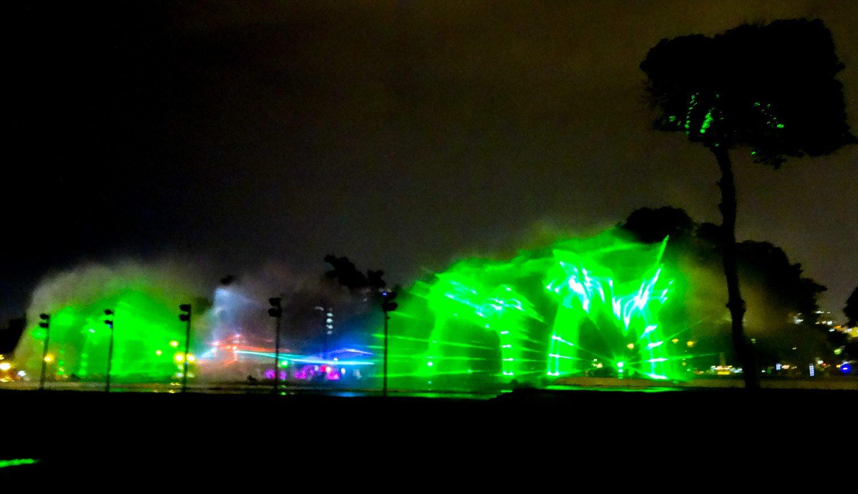 По вечерам на струях показывают лазерное шоу