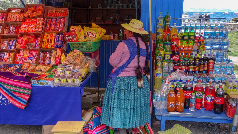 Местные женщины одеваются ярко и обычно носят длинные косы