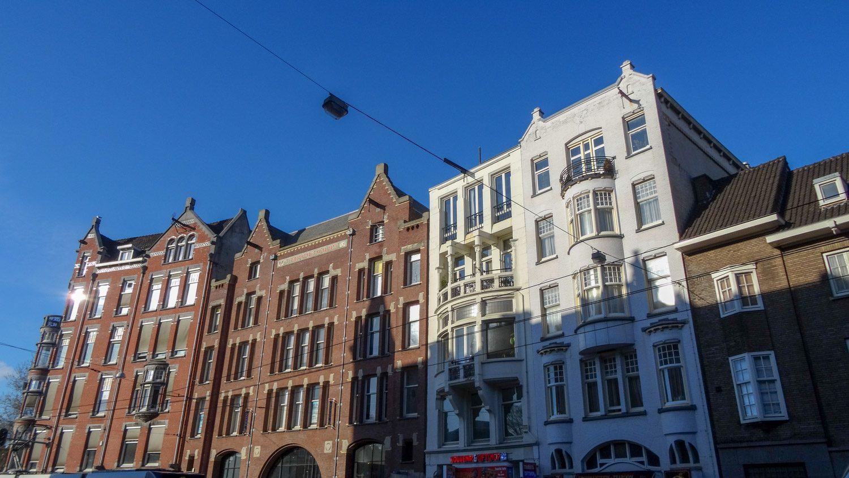 Есть и здания с балкончиками