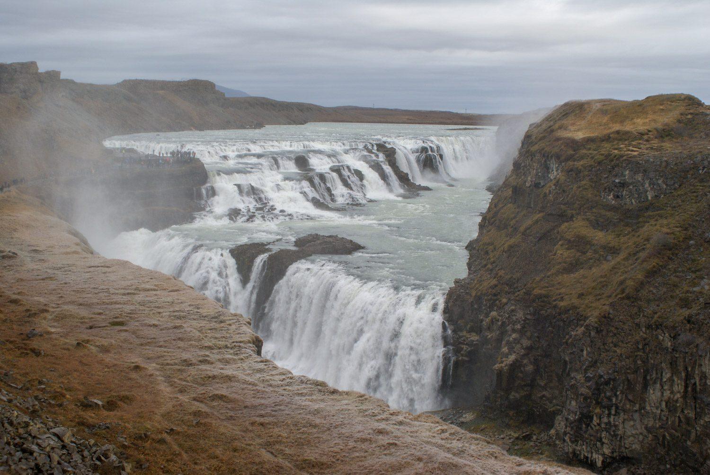 Водопад состоит из двух ступеней, расположенных под углом друг к другу