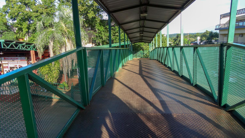 Этот мост нужно перейти, чтобы попасть на платформу