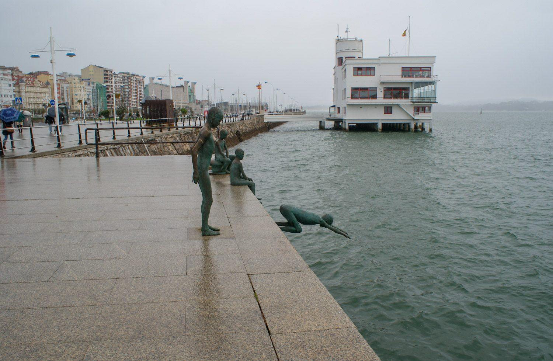Памятник Los Raqueros посвящен детям из бедных семей, которые промышляли воровством, а в порту ныряли в воду за монетами