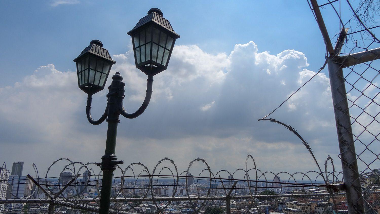 Суровая реальность: красивые фонари и колючая проволока