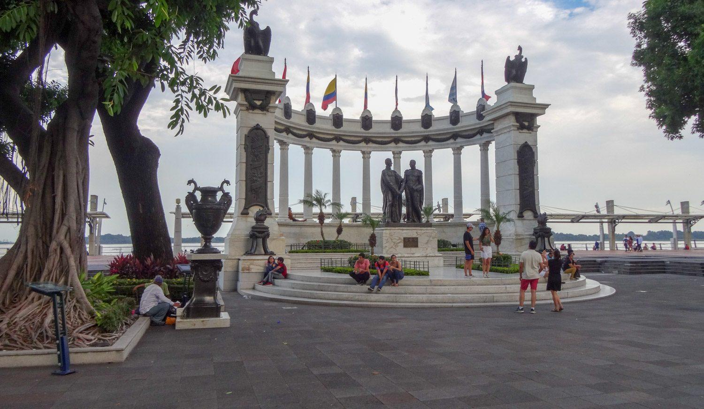 Hemiciclo La Rotonda. Перед ней - памятник Боливару и Сан-Мартину