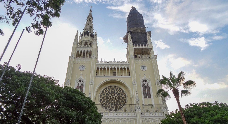 Кафедральный собор Гуаякиля рядом с парком