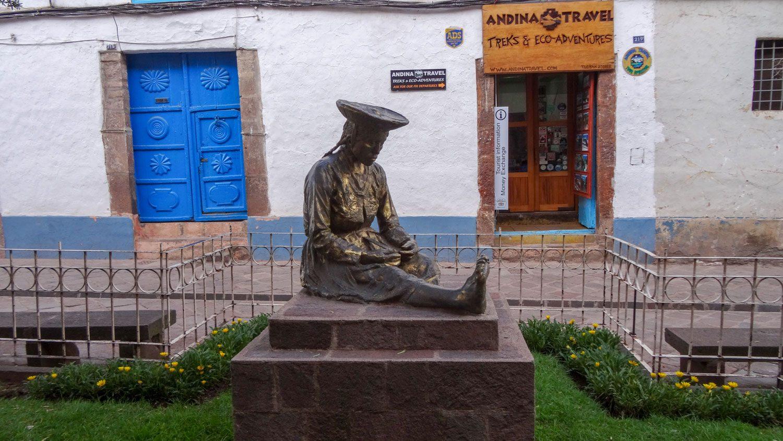 Много скульптур и памятников