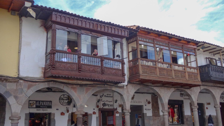 В некоторых балконах - рестораны